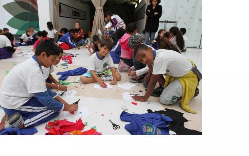 Oficina de customização de camisetas reuniu crianças e adultos