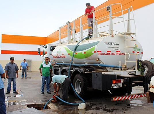 Supermercado doa água para Município fazer limpeza de Carnaval