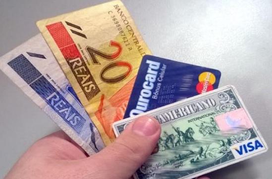 Artigo debate sobre pagamentos no varejo com cartão e dinheiro