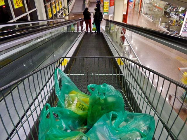 Consumidor corta despesas básicas para manter pequenos luxos, aponta pesquisa