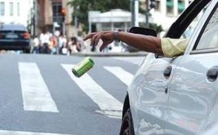Blog Julio chama a atenção para o lixo jogado na rua em nova postagem