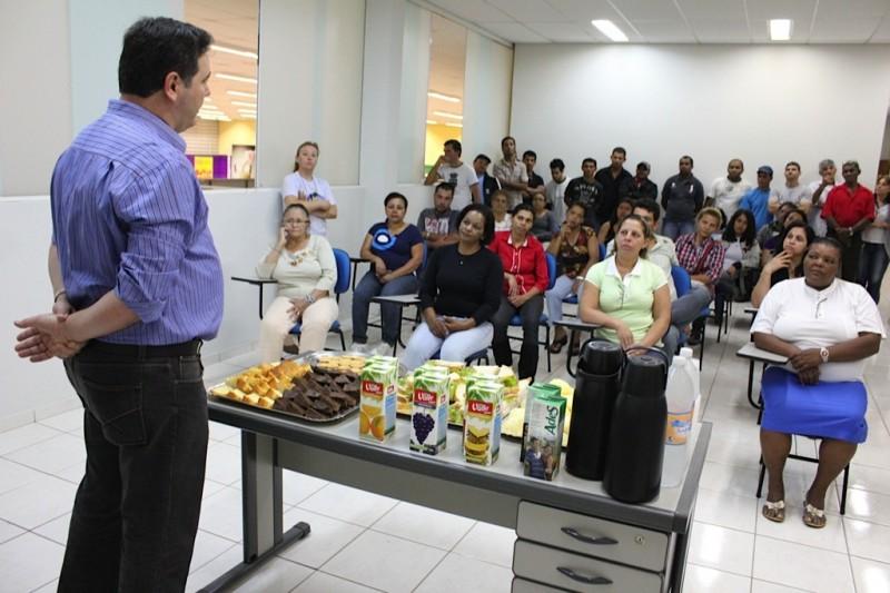 Alunos do EJA conhecem bastidores do supermercado São Vicente