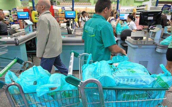 Supermercados deixam de dar sacolas em São Paulo após acordo de 60 dias