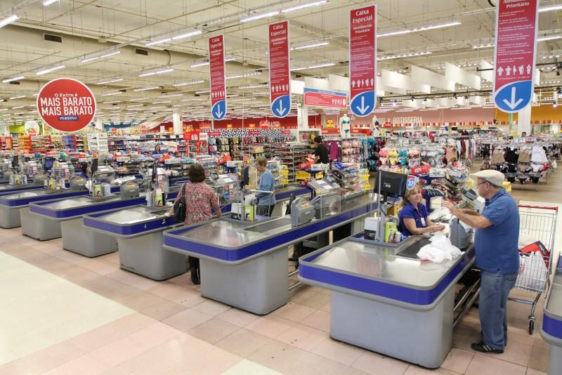 Supermercados, farmácias e cosméticos são setores do varejo que mais empregam, diz CNC