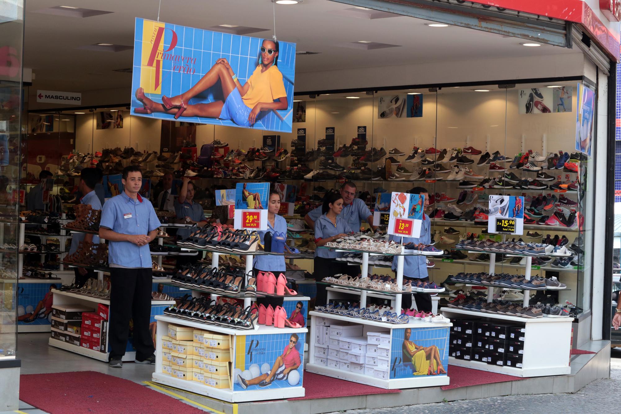 Entenda quem tem o poder de abrir a loja em horários diversos