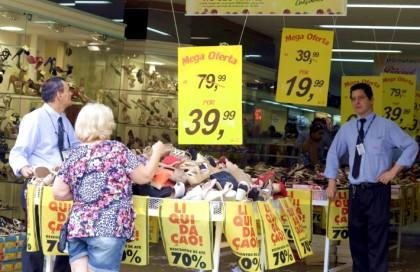 Vendedores observam cliente em loja de calçados em Campinas/Adriano Rosa