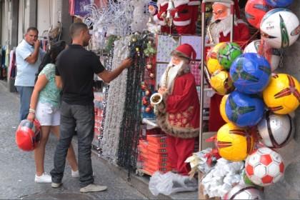 Consumidores olham vitrine de Natal na Rua 13 de Maio em Campinas