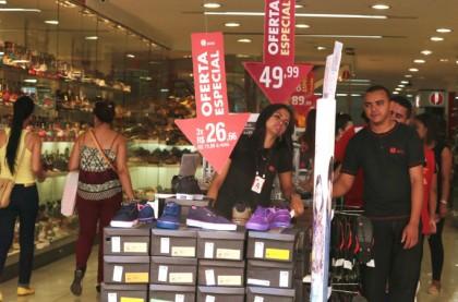 Vendedores aguardam por clientes em loja no Centro de Campinas. Foto: Adriano Rosa