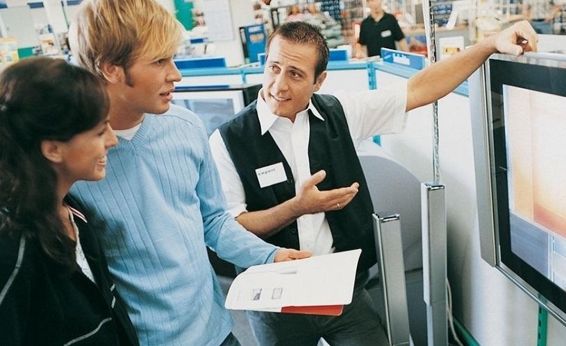 Vendedor que aborda na porta da loja espanta cliente; veja erros na venda!