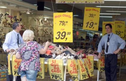 Vendedores aguardam por clientes em loja localizada na região central de Campinas. Foto: Adriano Rosa
