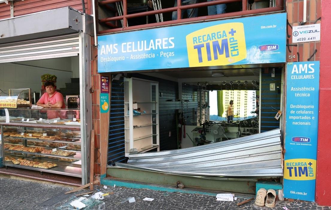 Vândalos depredam lojas na Rua 13 de Maio, no Centro de Campinas
