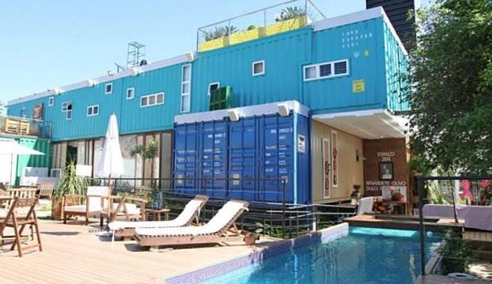 Primeiro hostel do país feito de contêineres