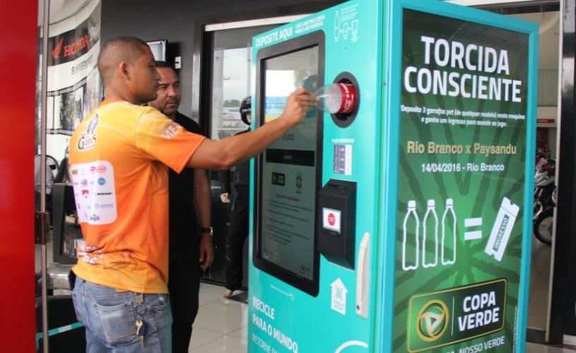 Máquina de reciclagem troca latinhas por passagem de ônibus
