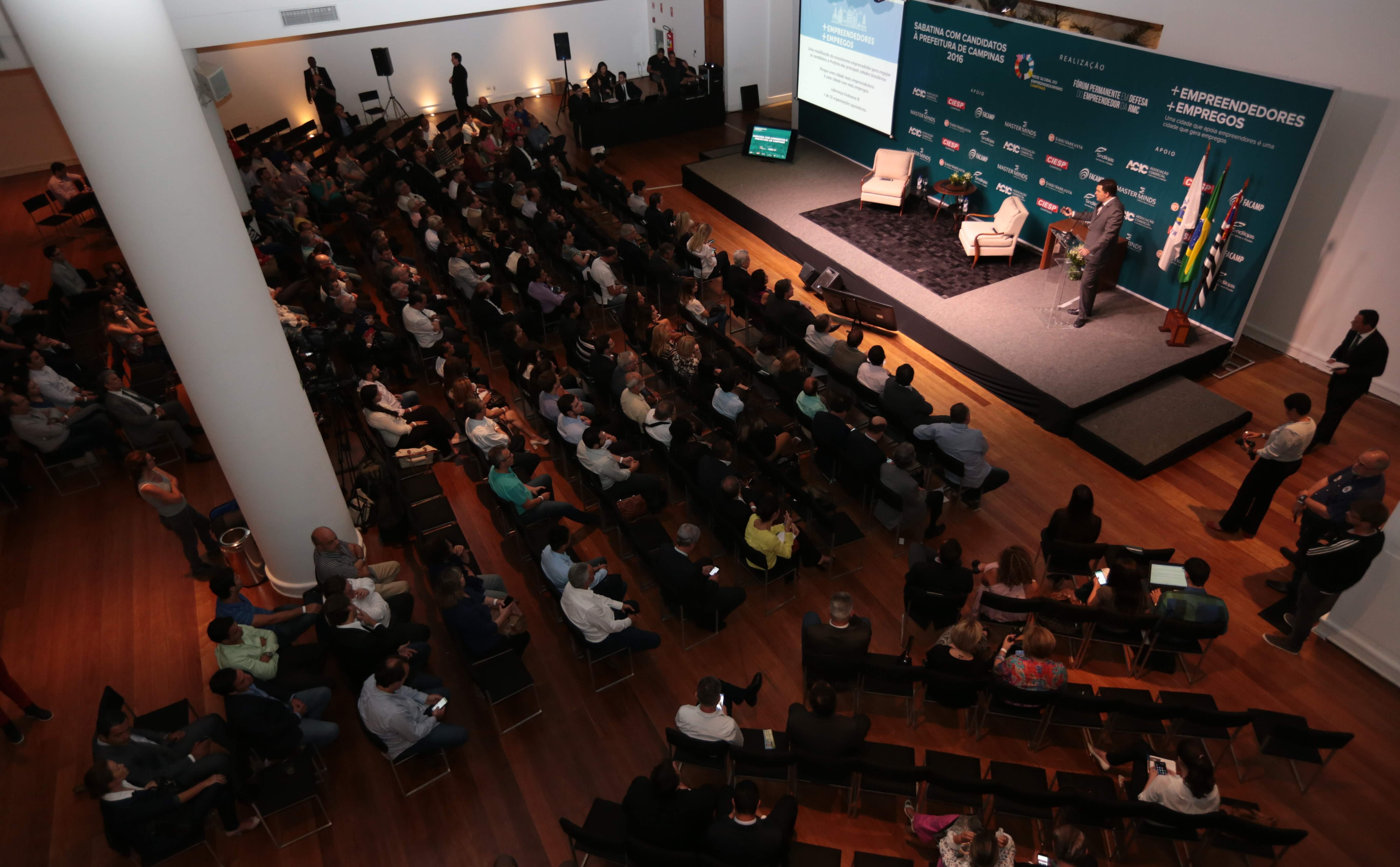 Candidatos a prefeito participam de sabatina sobre empreendedorismo