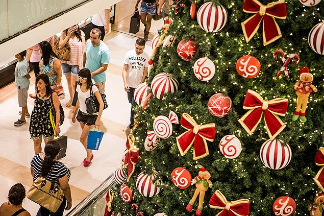 Vendas de Natal devem cair entre 4% e 5% no Brasil, prevê associação