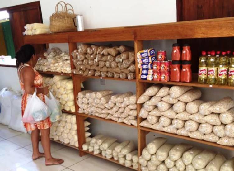 O 1º supermercado brasileiro em que clientes podem trocar lixo reciclável por comida