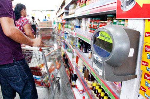 Lei obriga que supermercados tenham dispositivo de áudio em leitores de preço